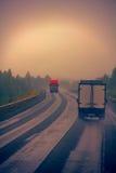 Traffico sulla cattiva strada principale bagnata Immagini Stock Libere da Diritti