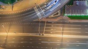 Traffico sulla strada nel timelapse aereo di notte del distretto delle torri dei laghi Jumeirah video d archivio