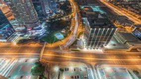 Traffico sulla strada nel timelapse aereo di notte del distretto delle torri dei laghi Jumeirah archivi video