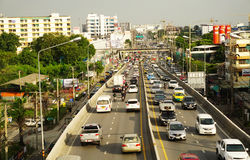 Traffico sulle strade alla via principale di Chaengwattana Fotografia Stock Libera da Diritti