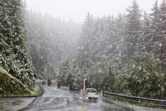 Traffico in una bufera di neve, montagne austriache Fotografia Stock Libera da Diritti