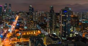 Traffico urbano Timelapse di ora di punta dei grattacieli dell'orizzonte della città di notte di Toronto stock footage