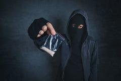 Traficante que ofrece la sustancia narcótica para enviciar en la calle fotos de archivo