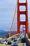 Trafik över Golden gate bridge i San Francisco, CA Arkivbilder