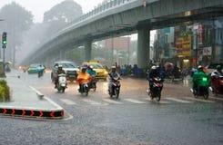 Trafik av den Asien staden, i att regna säsong Royaltyfri Foto