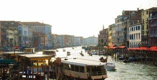 Trafik av fartyg i en typisk kanal i den Venedig staden arkivfoto
