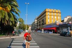Trafik av folk på gatorna ljusa Nice, azur seglar utmed kusten i Fra Royaltyfri Bild
