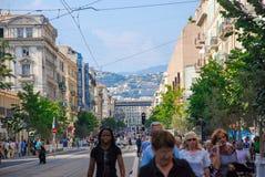 Trafik av folk på gatorna ljusa Nice, azur seglar utmed kusten i Fra Royaltyfria Bilder