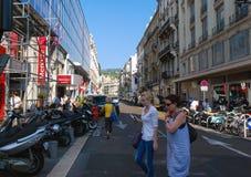 Trafik av folk på gatorna ljusa Nice, azur seglar utmed kusten i Fra Royaltyfri Foto