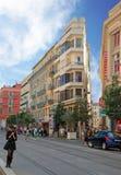 Trafik av folk på gatorna ljusa Nice, azur seglar utmed kusten i Fra Arkivbild
