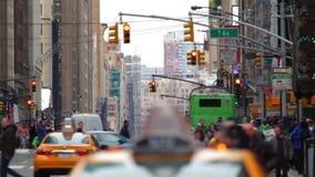 Trafik av folkmassan och bilar på gatorna av New York City stock video