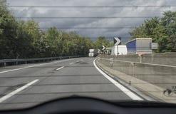 Trafik av motorwayen från baksidan av en bil Arkivbilder