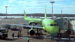 Trafik dagtidDomodedovo för internationell flygplats lager videofilmer