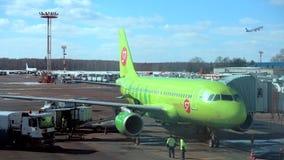Trafik dagtidDomodedovo för internationell flygplats arkivfilmer