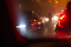 Trafik för afton-/nattstadsbil - bilar på en stadsväg Arkivbild