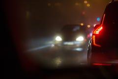 Trafik för afton-/nattstadsbil - bilar på en stadsväg Arkivfoto