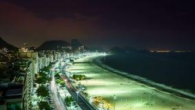 Trafik för Copacabana strandgata på natten, Rio de Janeiro arkivfilmer
