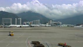 trafik för flygplan 4K i flygplatsportarna, en nivå som är klar att flyga på terminalen stock video