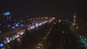trafik för gata för byggnadscityscapeväg Natttvärgator stock video