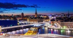Trafik för natt för timelapse för panorama för Stockholm gammal stadssolnedgång lager videofilmer