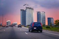 trafik för nattregnsnow Bilar på huvudvägen royaltyfria foton