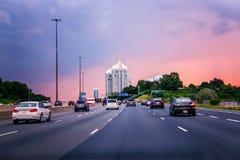 trafik för nattregnsnow Bilar på huvudvägen fotografering för bildbyråer