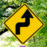 trafik för tecken för röda band för omvägrampekare träungefärlig Arkivfoto