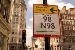 trafik för tecken för röda band för omvägrampekare träungefärlig Royaltyfria Foton