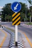 trafik för tecken för röda band för omvägrampekare träungefärlig Royaltyfri Bild