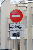 trafik för tecken för röda band för omvägrampekare träungefärlig arkivbilder