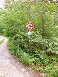 trafik för tecken för röda band för omvägrampekare träungefärlig Arkivbild