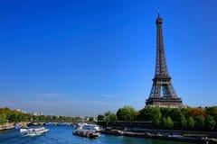 Trafik för turist- fartyg för sight på Seine i Paris Arkivfoto