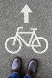 Trafik för väg för cykel för väg för bana för gränd för manfolkcykel arkivbild