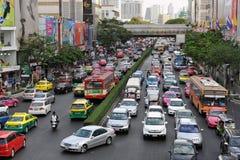Trafik flyttar sig långsamt på en upptagen väg i Bangkok Arkivfoto