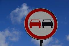 trafik för tecken för röda band för omvägrampekare träungefärlig Royaltyfri Foto