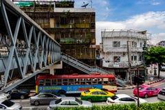 Trafik i Bangkok som ses från en bro royaltyfria foton
