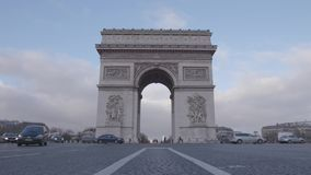 Trafik i Champs-Elysees en Paris stock video