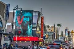 Trafik i den Hollywood boulevarden på solnedgången royaltyfri fotografi