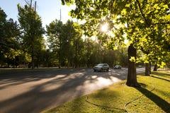 Trafik i det Forestal parkerar p? centret med en inst?llningssol, Santiago de Chile royaltyfria bilder