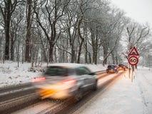 Trafik i en snöstorm Fotografering för Bildbyråer