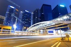 Trafik i Hong Kong på natten Royaltyfria Bilder