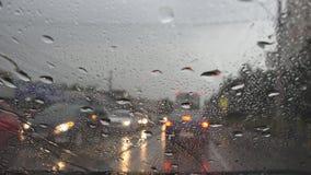 Trafik i regn i staden som kör bilen, tung storm på vägen, huvudväg, regniga droppar arkivbild