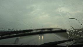 Trafik i regn i staden som k?r bilen, tung storm p? v?gen, huvudv?g, regniga droppar lager videofilmer