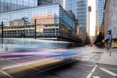 Trafik i rörelsesuddighet i Frankfurt Fotografering för Bildbyråer