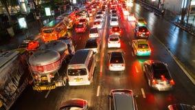 Trafik i rusningstid på natten thailand lager videofilmer