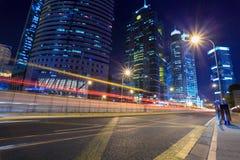 Trafik i stad på natten Arkivfoto