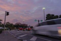 Trafik i staden arkivfoton