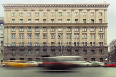 Trafik i stadsbyggnadsbakgrunden Fotografering för Bildbyråer