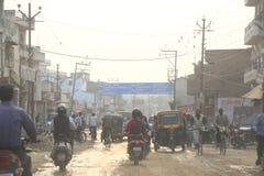 Trafik i Varanasi, Indien Arkivbild