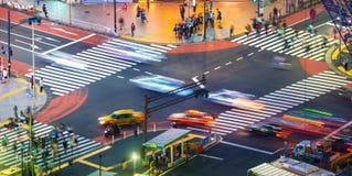 Trafik korsar en ntersection i Shibuya, Tokyo, Japan fotografering för bildbyråer